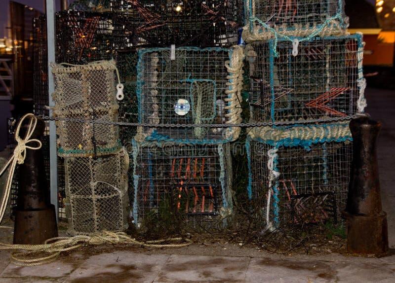 Humret lägger in och förtjänar på den Poole hamnen som är klar att gå fiske arkivbilder