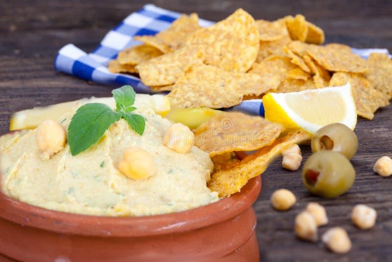 Humus végétarien avec des puces de tortilla photographie stock