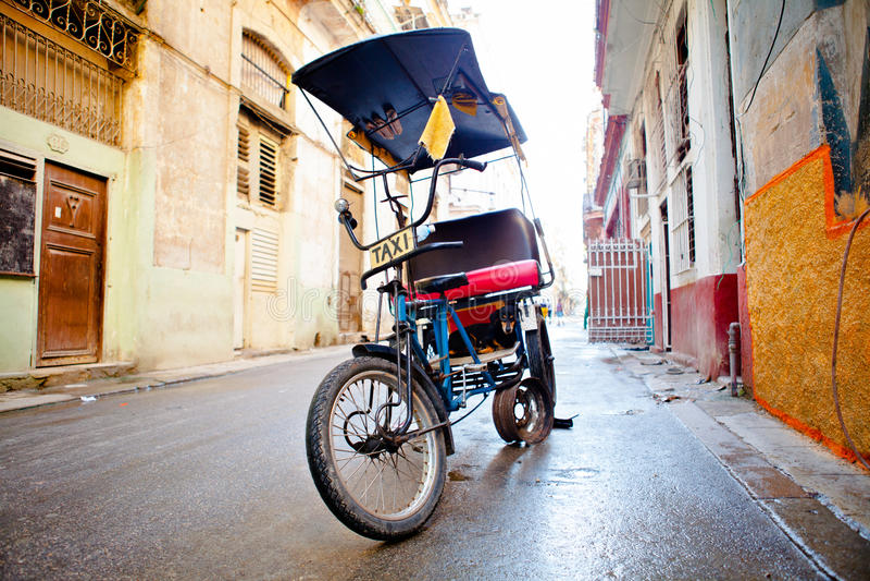 Hund i en cykeltaxi i gammal havannacigarr/Kuba royaltyfri bild