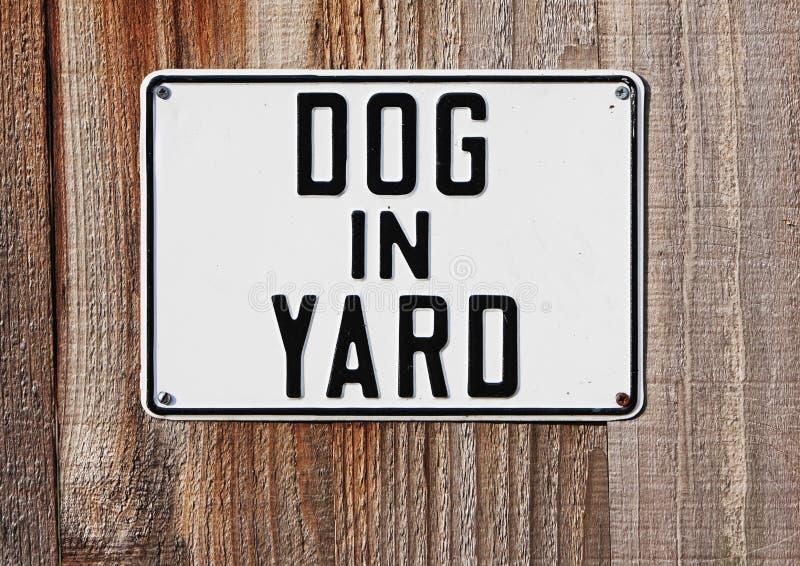 Hund im Yardzeichen stockfotografie