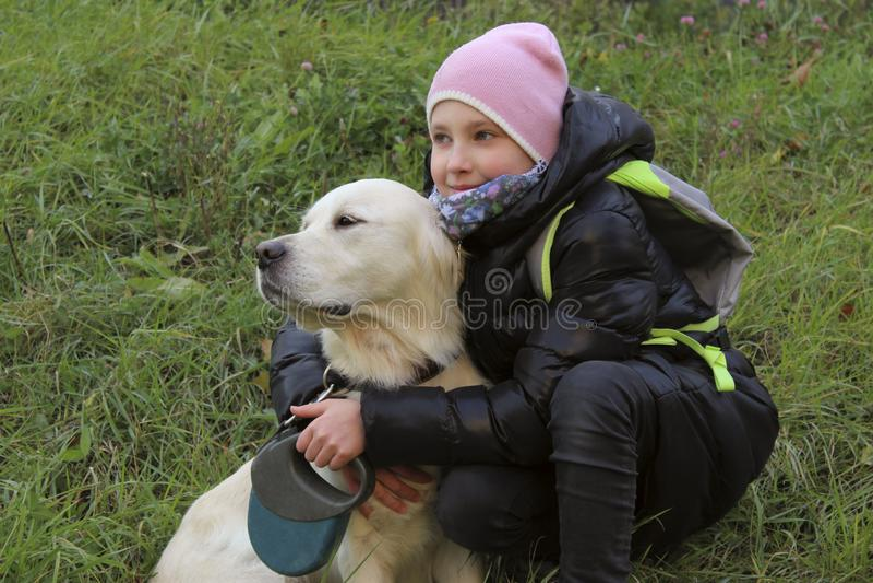Hund och ägare som är utomhus- Spela för golden retriever som är utomhus- arkivbilder