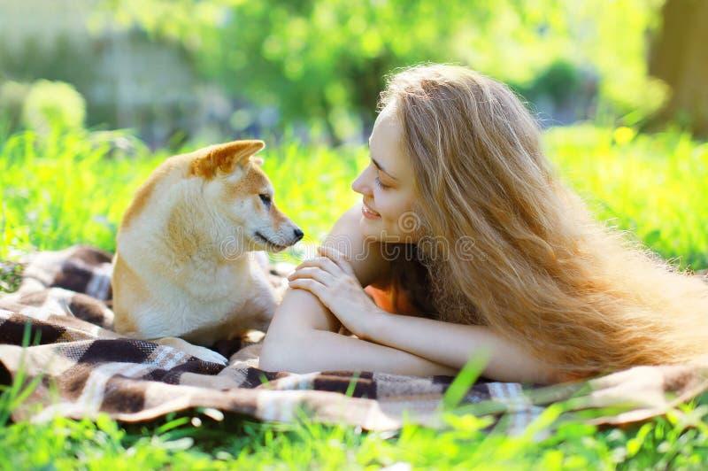 Hund- och ägaresommar på gräset royaltyfri fotografi