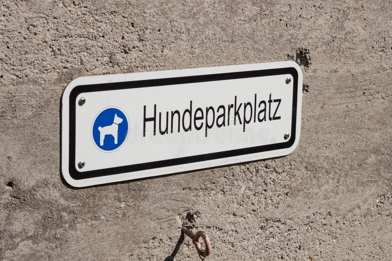 Hund som parkerar tecknet i tyskt språk royaltyfri bild