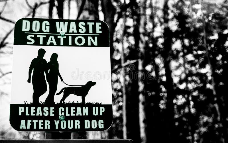 Hundeüberschüssige Station in einem Park stockbilder