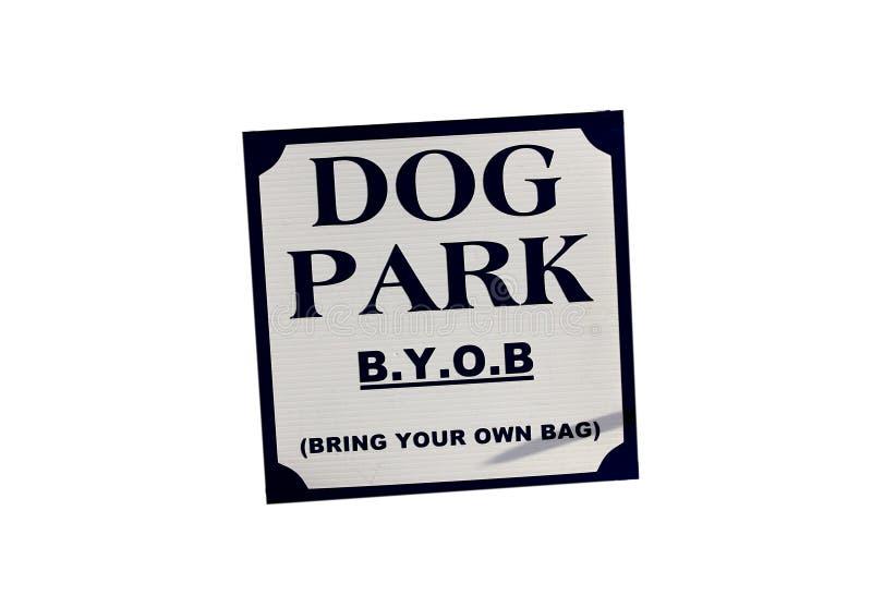 Hunden parkerar för att komma med din egen påse för akter arkivbild