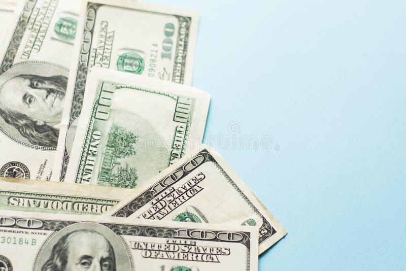 Hundert Dollarschein auf hellblauem Hintergrund lizenzfreie stockfotos