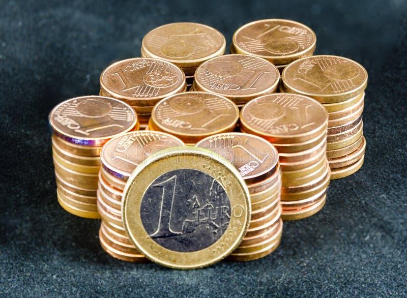 Hundert Eincent-Münzen und eine ein-Euro-Münze stockbilder