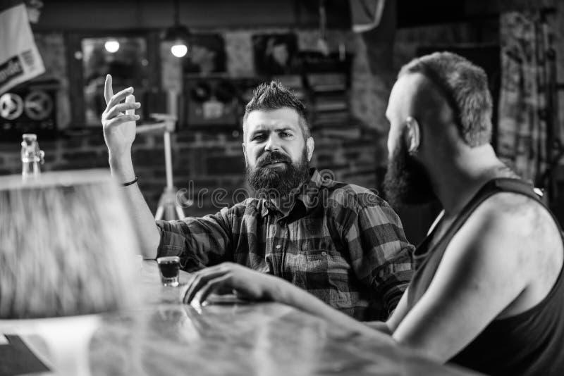 Hundert polnischer Zloty in einem Glas Trinkender Alkohol des groben Mannes des Hippies mit Freund am Barz?hler M?nner getrunkene stockbilder