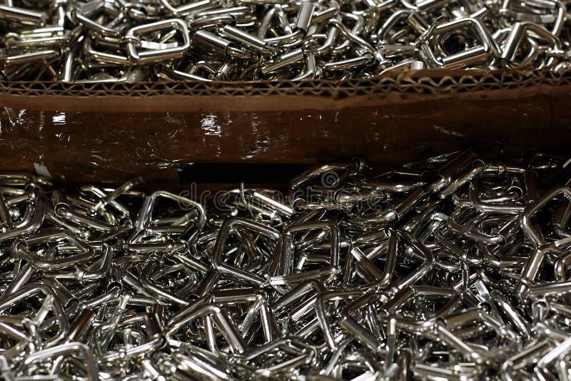 Hunderte von den ledernen Schnallen, benutzt in der Produktion von Handtaschen, Schuhe stockbilder