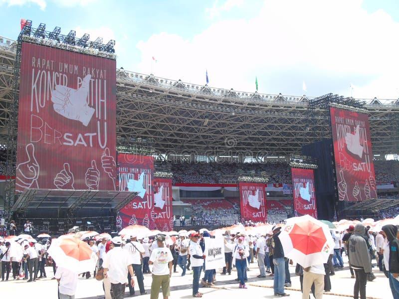 Hunderte von den Tausenden von Leuten an dem Jokowi teilnehmen - MA?ruf Amin-Kampagne in Senayan lizenzfreie stockfotografie