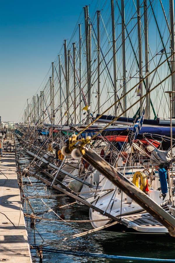 Hunderte von den Yachten am Dock stockfotos