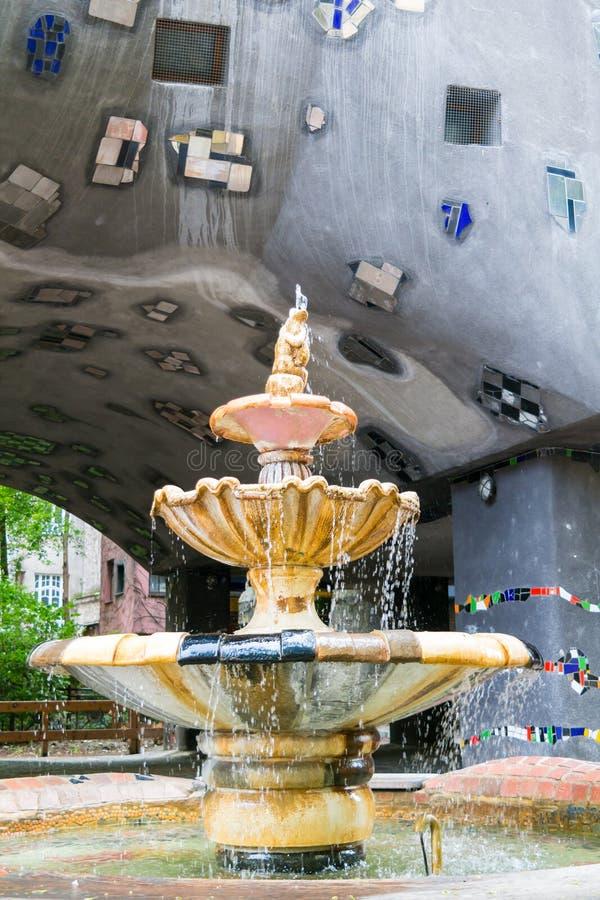 Hundertwasser议院喷泉在维也纳,奥地利 库存照片