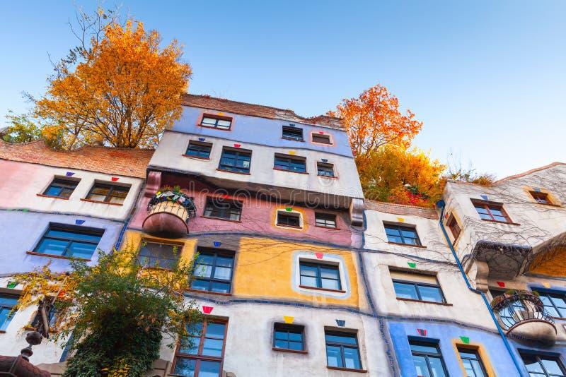 Hundertwasser hus, färgrik vägg, Wien stad arkivfoto