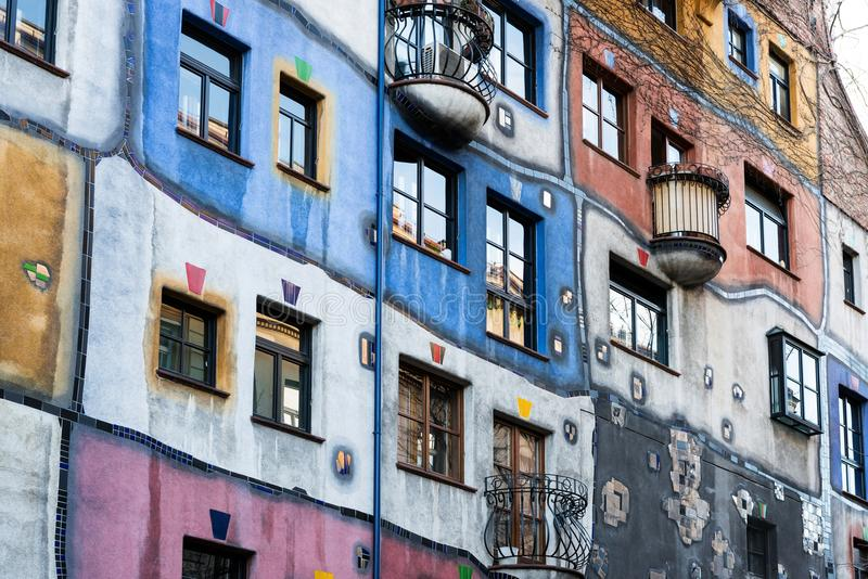 Hundertwasserhaus公寓的门面,维也纳,奥地利 免版税库存图片