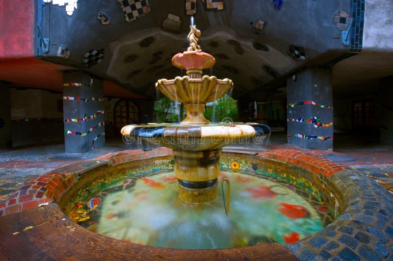 Hundertwasserhaus喷泉在维也纳,奥地利 免版税库存图片