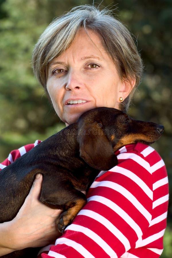 hundfemtiotal som rymmer kvinnan royaltyfria foton