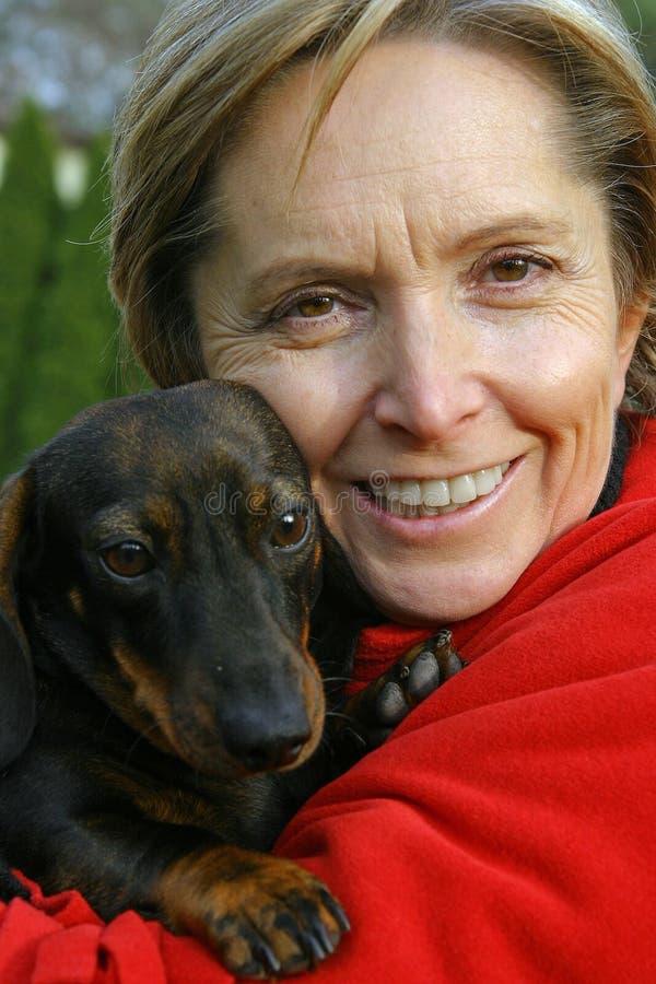 hundholdingkvinna royaltyfria bilder
