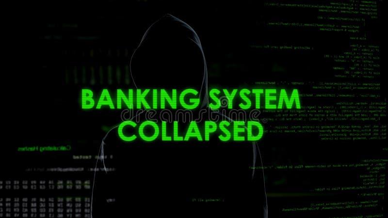 Hundimiento del sistema bancario, empresa de finanzas con túnica del pirata informático de sexo masculino peligroso vía Internet imagen de archivo