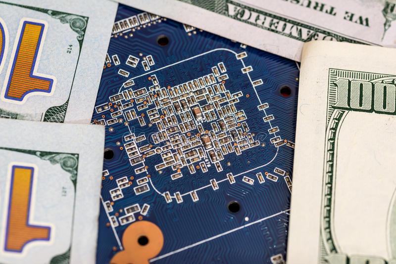 Hundra dollar med det blåa datormoderkortet royaltyfri fotografi