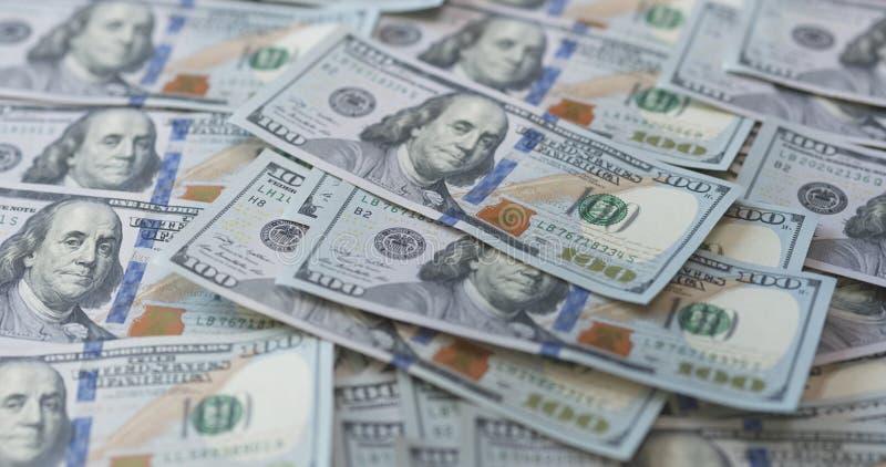 Hundra dollarräkningar på tabellen royaltyfri bild