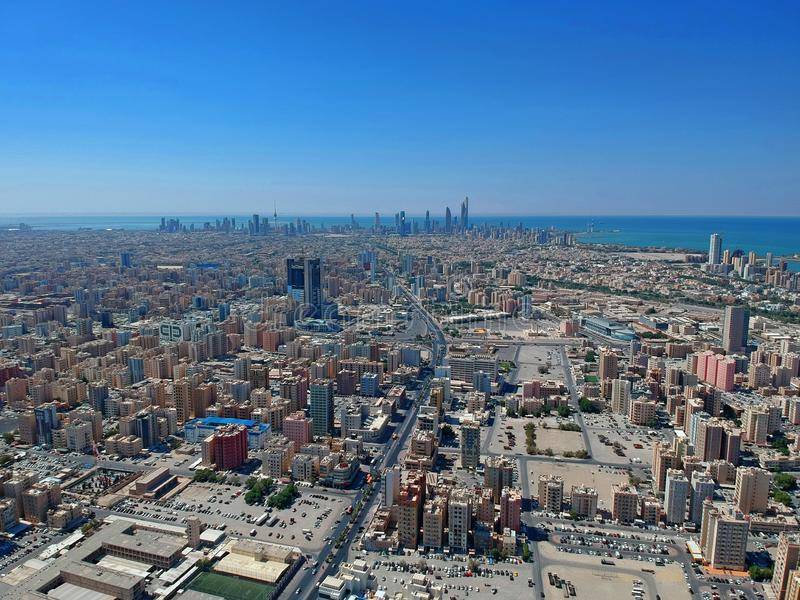 Hundra golv ovanför Kuwait - flyg- Cityscape royaltyfria bilder