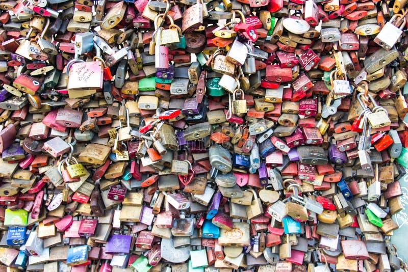Hundratals hänglås som är fästa till den Hohenzollern bron i staden av Cologne, över flodRhen i Tyskland arkivbild