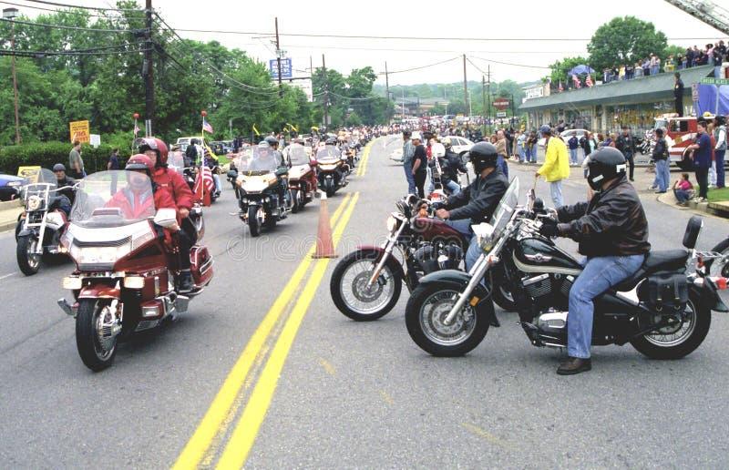 Hundratals motorcyklister på en väg royaltyfria foton