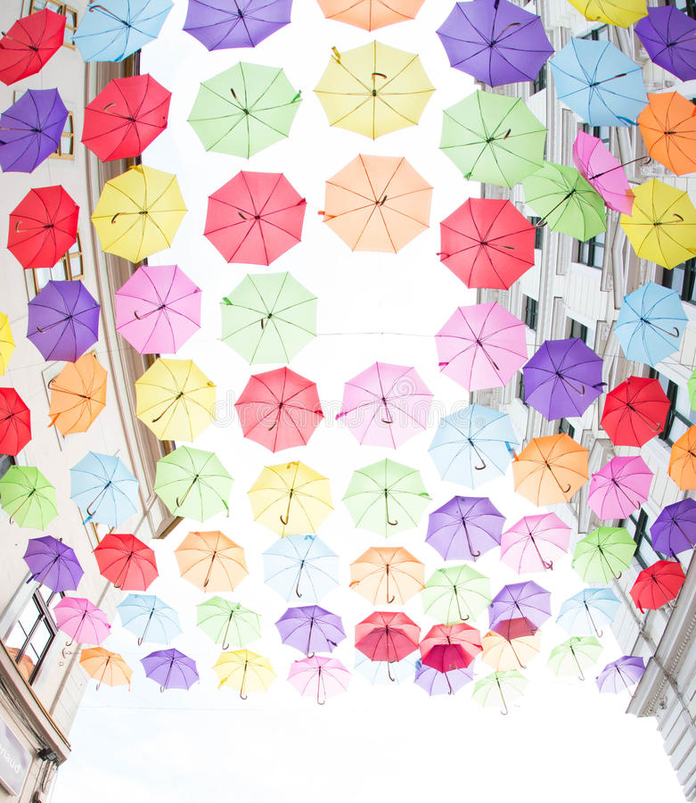 Hundratals paraplyflöte ovanför gatorna arkivbild