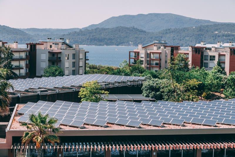 Hundratals solpaneler täcker helheten av ett hotelltak royaltyfria foton