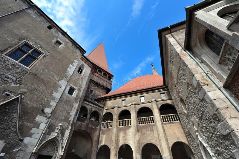 hunedoara двора замока внутрь стоковые фото