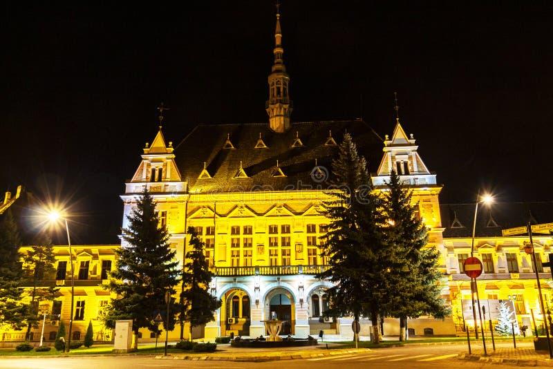 Hunedoara okręgu administracyjnego prefektura w Deva nocy fasady widoku obraz royalty free