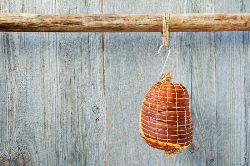 Hung Smoked Boneless Ham Hock slogg in, i att förtjäna royaltyfria bilder