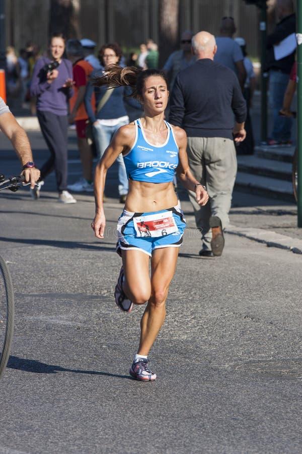 Hunger kör (Rome) - världslivsmedelsprogrammet - löparekvinnan arkivbild