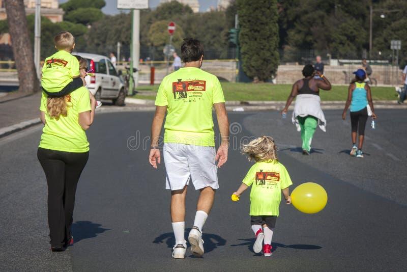 Hunger kör (Rome) - WFP - en hel familj royaltyfria foton