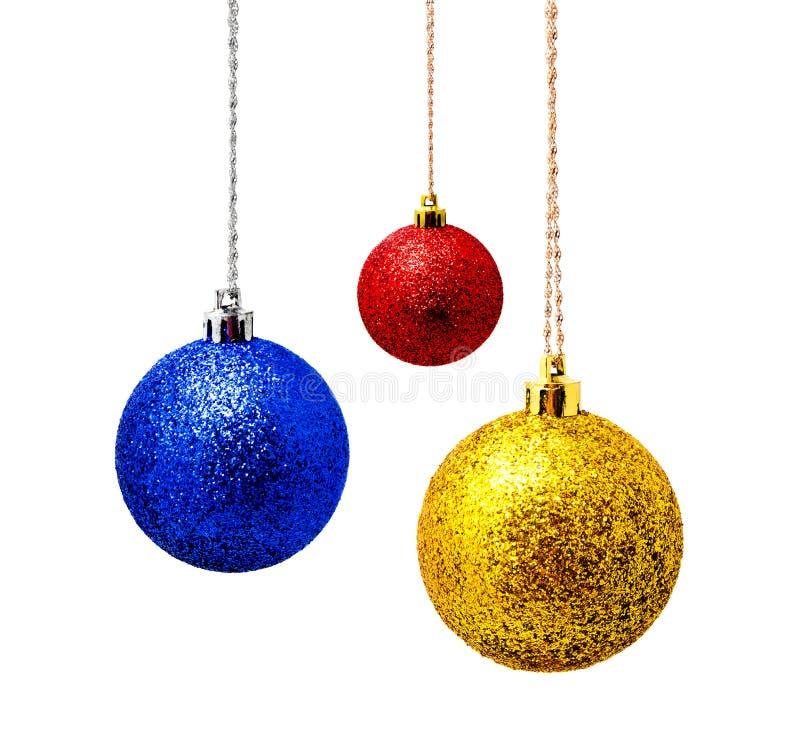 Hunging błękitna i żółta czerwona boże narodzenie piłka odizolowywająca na bielu zdjęcie stock