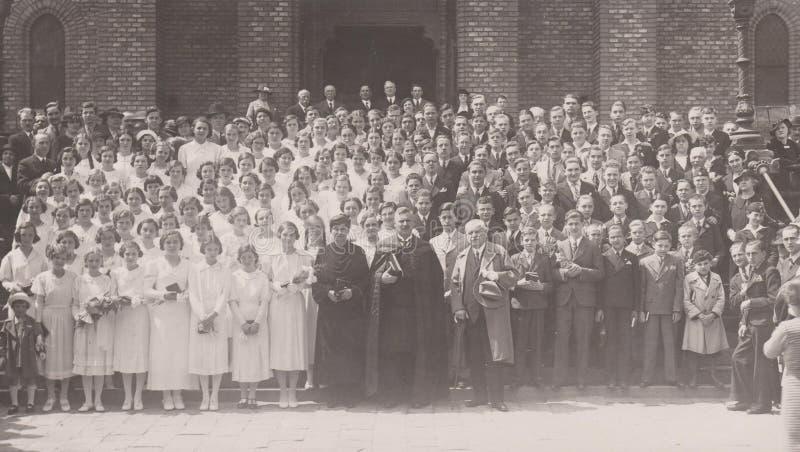 HUNGRÍA CIRCA el ` 1930 s - evento religioso - Hungría - muchachos y muchachas de los años 30 del Ca foto de archivo libre de regalías