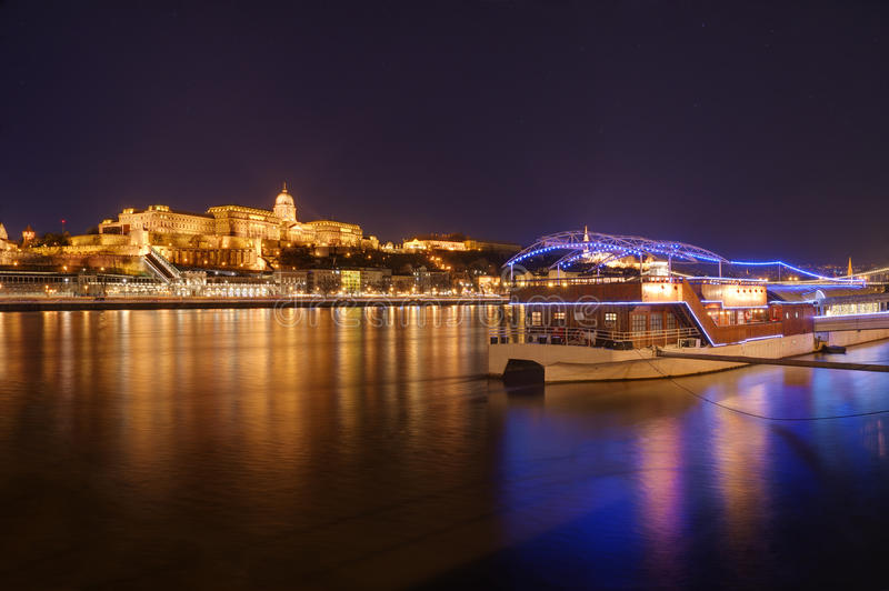 Hungria, Budapest, castelo Buda - imagem da noite fotografia de stock royalty free