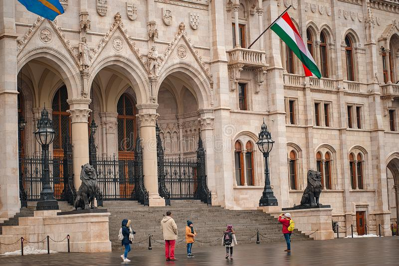Hungria, Budapest - 6 de março de 2018: arquitetura e parte da construção húngara do parlamento de Budapest com bandeira húngara fotos de stock royalty free