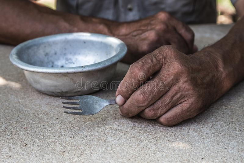 hungrig Schlechtes altes man& x27; s übergibt eine leere Schüssel Selektiver Fokus Armut im Ruhestand almosen stockbild