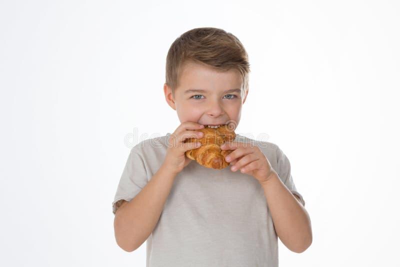 Hungrig ung pojke arkivfoto