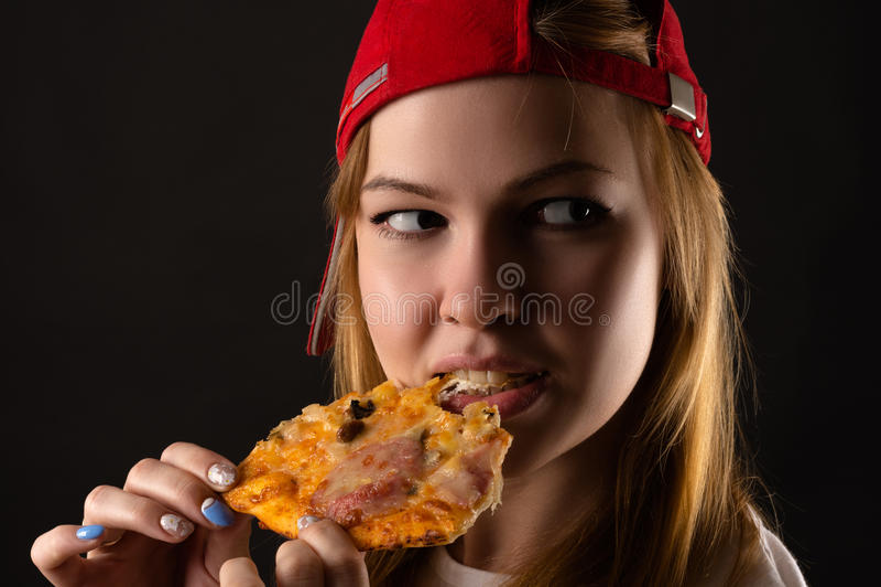 Hungrige junge Frau, die Pizza isst lizenzfreies stockbild