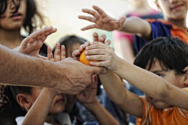Hungrige Kinder im Flüchtlingslager, lizenzfreie stockfotografie