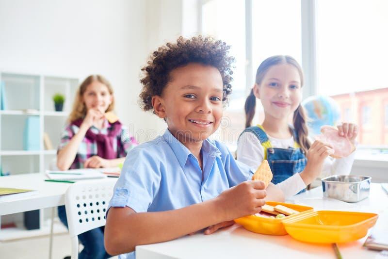 Hungrige Mitschüler lizenzfreies stockbild