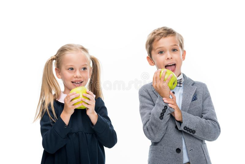 Hungrige Schüler mit Äpfeln stockfotografie