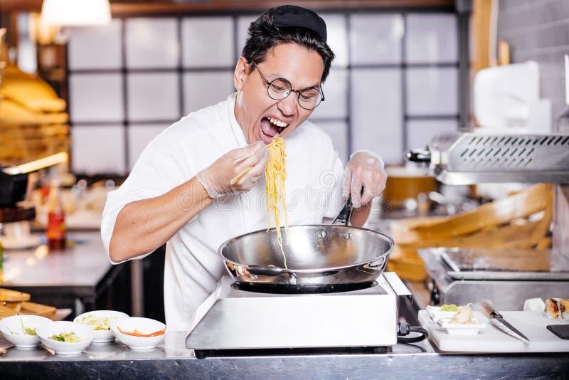 Hungriger Chef in der Küche stockfoto