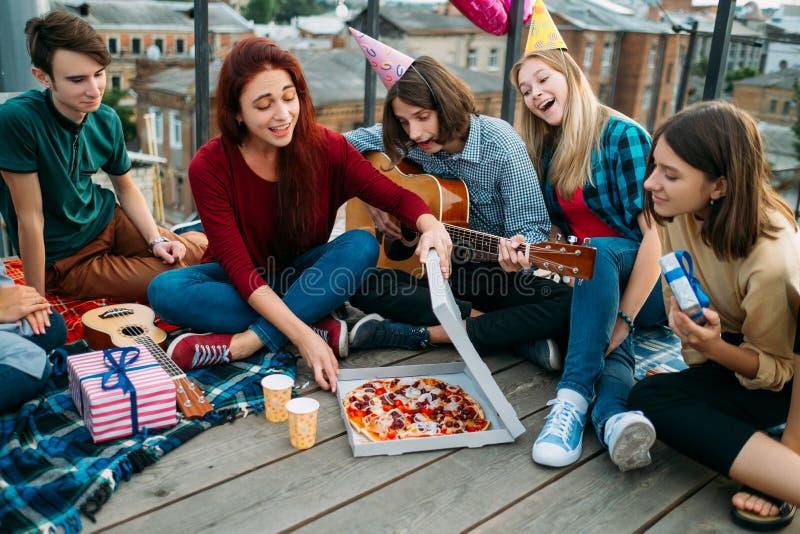 Hungriger Teenager des köstlichen Lebensmittels der Pizzalieferung stockfotografie