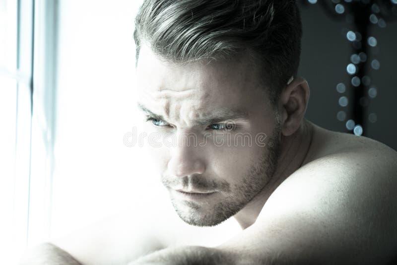 Hunky mięśniowy, seksowny bez koszuli mężczyzna z definiującym abs, i mięśni spojrzenia z okno obraz stock