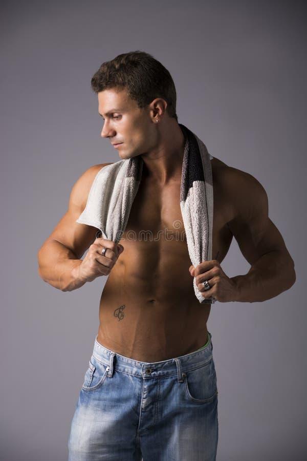 Hunky samiec modela osuszka himself z ręcznikiem zdjęcie royalty free