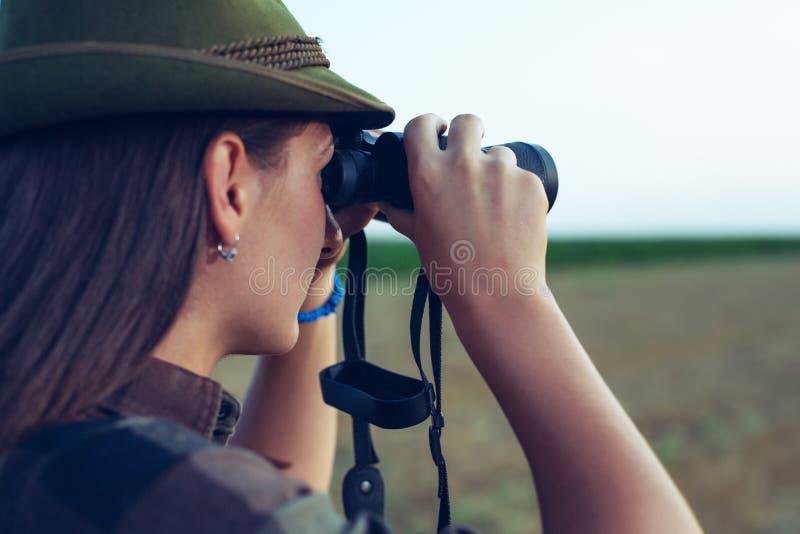 Hunter Looking Over The Field till och med kikare arkivfoto