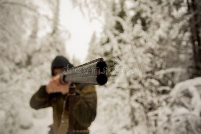 Hunter Pointing ein Gewehr lizenzfreie stockfotografie